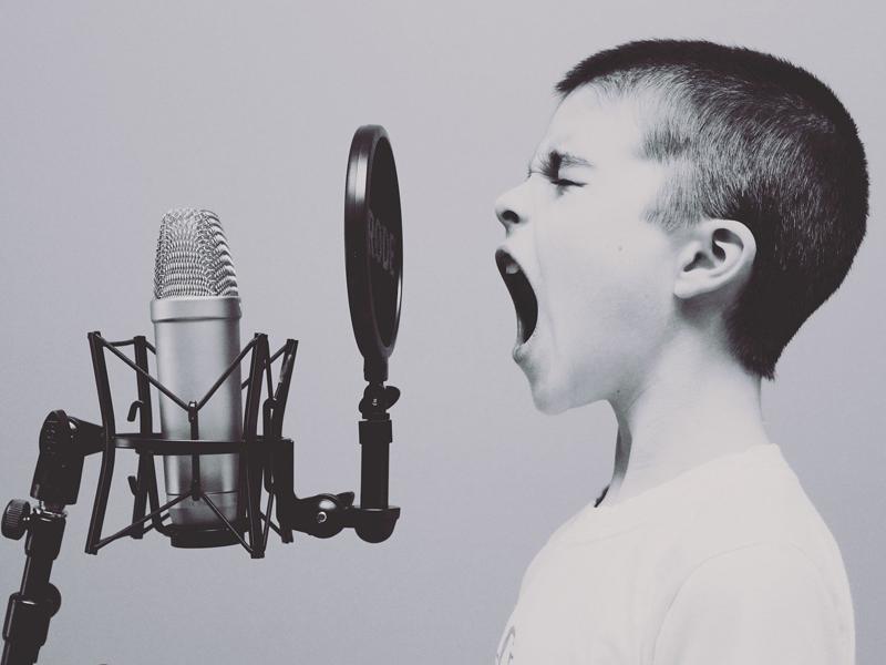Sanidad incluye gritar y cantar como acciones de riesgo