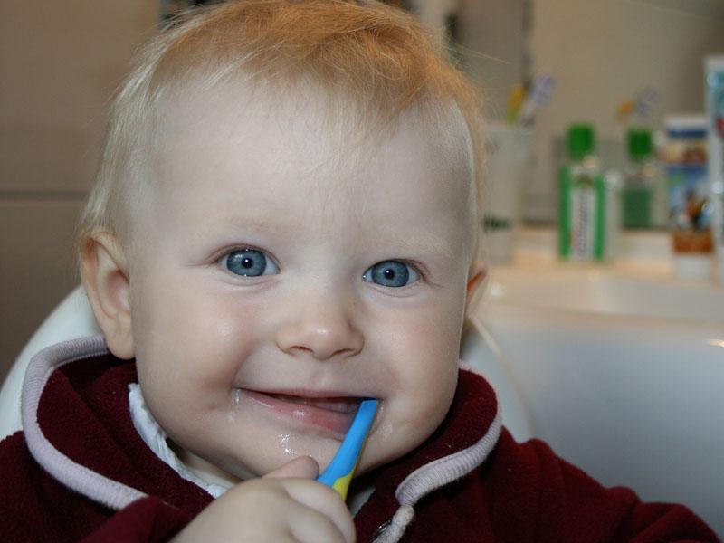 ¿Qué hago cuando a mi bebé le salen los dientes?